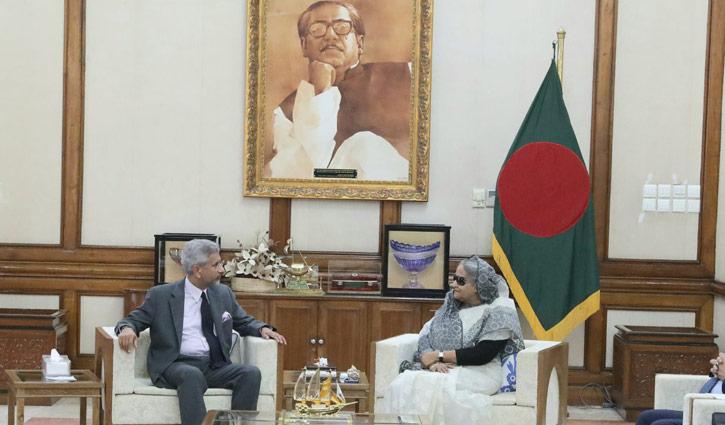 Modi invites Hasina to visit India