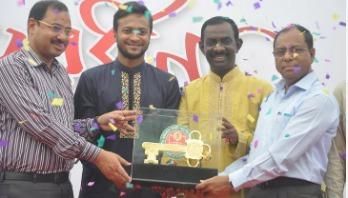 Shakib receives key to port city