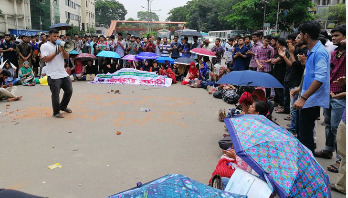 DU students block Shahbagh