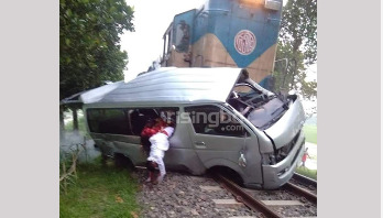 9 killed as train hits microbus in Sirajganj