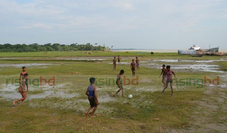 মেঘনাপাড়ে শিশুদের ফুটবল উন্মাদনা