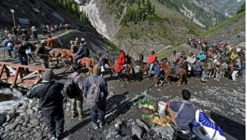 Thousands of Indians flee Kashmir