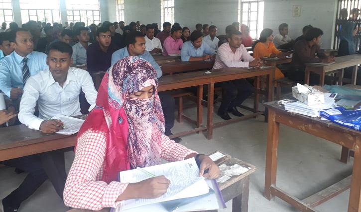 ওয়ালটন চাকরি মেলা : পরীক্ষা দিচ্ছেন ২ শতাধিক