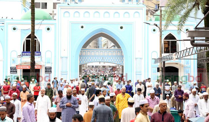 জুমাতুল বিদা: সিলেটের মসজিদ-সড়ক মুসল্লিতে একাকার