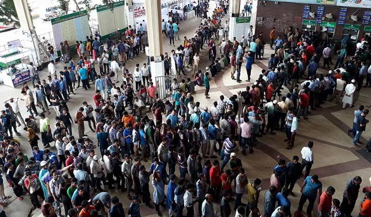 কমলাপুর রেলস্টেশনে বিক্রি হচ্ছে ১২ ট্রেনের আগাম টিকিট