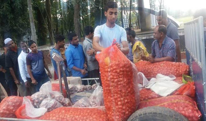 মৌলভীবাজারে টিসিবির ৪৫ টাকায় পেঁয়াজ বিক্রি