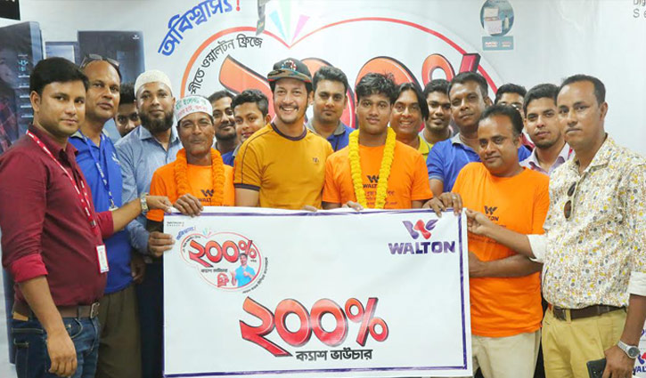 Actors Emon, Symon hand over Walton's cash vouchers