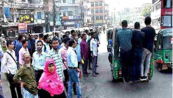 চট্টগ্রাম নগরীতে গণপরিবহন বন্ধ থাকায় দুর্ভোগ