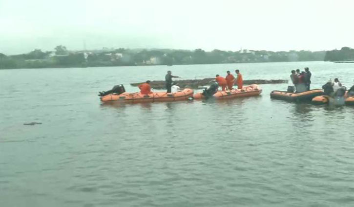 11 dead as boat capsizes during idol immersion