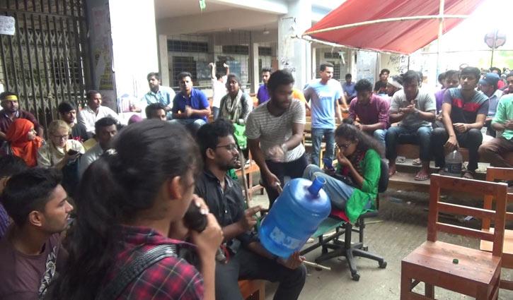 Demo continues demanding VC's resignation