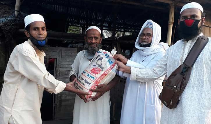 খাদ্যসামগ্রী পেলেন বৃদ্ধ আব্দুর রশিদ