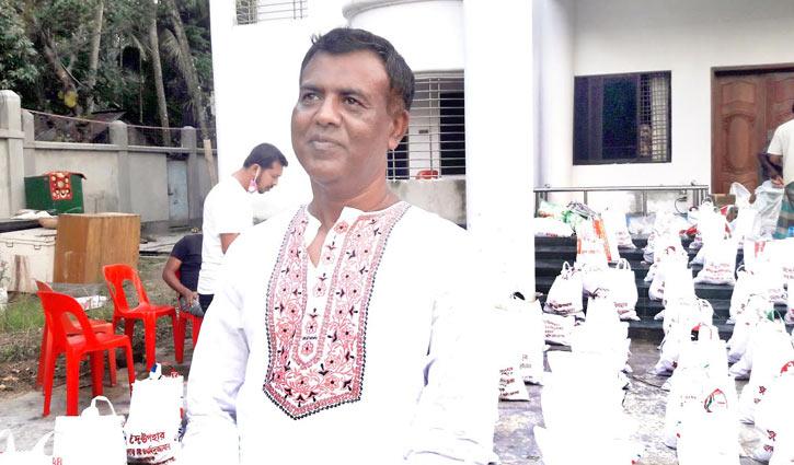 বাড়ি বাড়ি ঈদ উপহার দিচ্ছেন যুবলীগ নেতা ওয়াহিদুজ্জামান