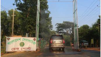 রোহিঙ্গা ক্যাম্পের প্রবেশপথে সেনাবাহিনীর জীবাণুমুক্তকরণ বুথ