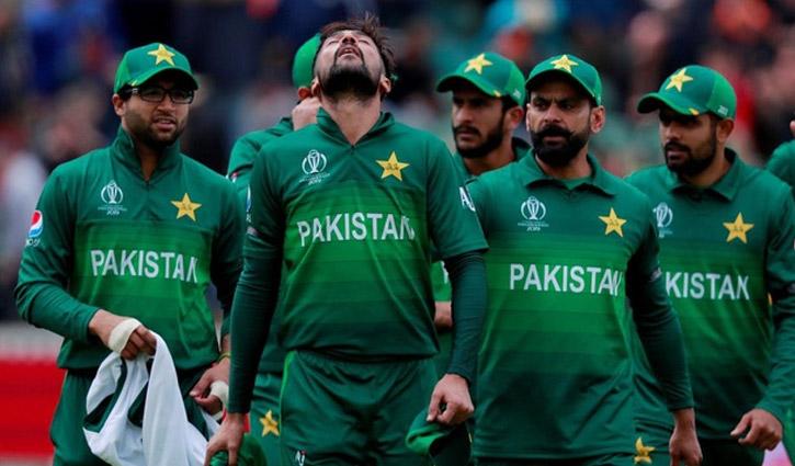 করোনা প্রোটোকল ভেঙে আলোচনায় পাকিস্তানি ক্রিকেটার