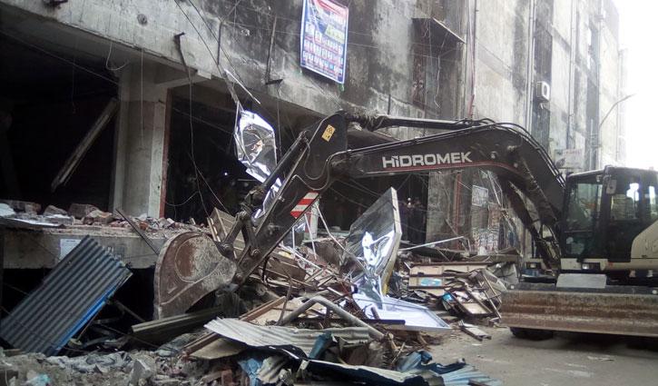 সুন্দরবন স্কয়ার সুপার মার্কেটে উচ্ছেদ অভিযান চলছে