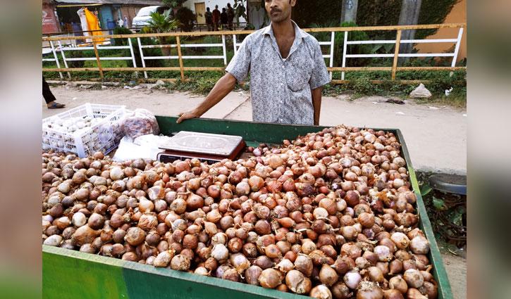 পচা পেঁয়াজে সয়লাব চট্টগ্রামের বাজার