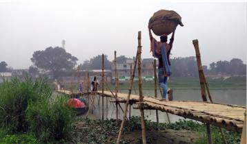 এক বাঁশের সাঁকোতে ১২ গ্রামের মানুষের পারাপার