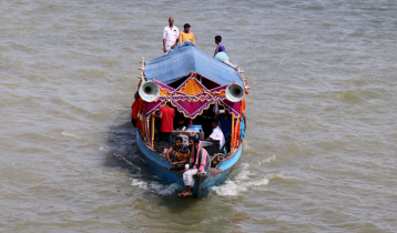 পাবনায় নৌকায় রমরমা জুয়া-মাদক-অশ্লীল নৃত্য
