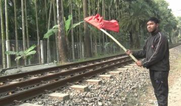 নিশান উড়িয়ে রেলযাত্রীদের প্রাণ বাঁচালো কিশোর সাজিদ