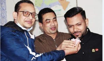 থানায় 'যুবকের' জন্মদিনের কেক কেটে বিতর্কে পুলিশ