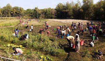 রেলের ওয়াগন লাইনচ্যুত: তেল নিয়ে কাড়াকাড়ি