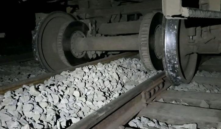 কোটচাঁদপুরে ট্রেন লাইনচ্যুত: খুলনার সঙ্গে রেল যোগাযোগ বন্ধ