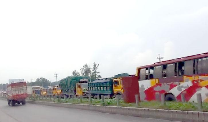 শিমুলিয়ায় ফেরি বন্ধ: ঢাকা-টাঙ্গাইল মহাসড়কে যানবাহনের চাপ