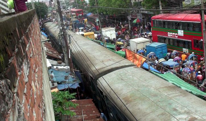 চাকা লাইনচ্যুত: ঢাকা-নারায়ণগঞ্জ রুটে রেল চলাচল বন্ধ