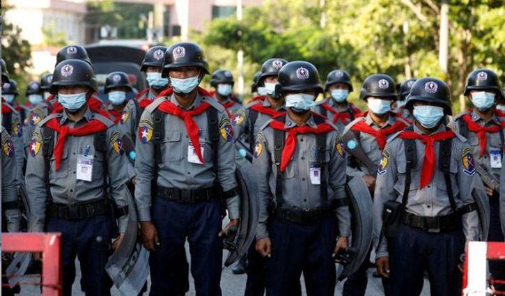 19 Myanmar policemen flee to India