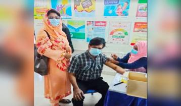 IU ex-VC Askari takes COVID-19 vaccine shot