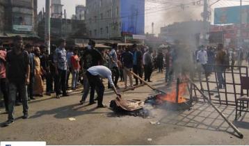 Barishal University students block road