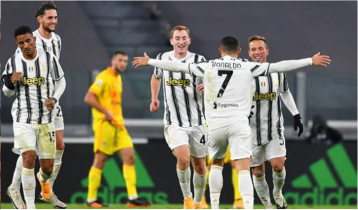 Ronaldo`s double keeps Juve in title hunt