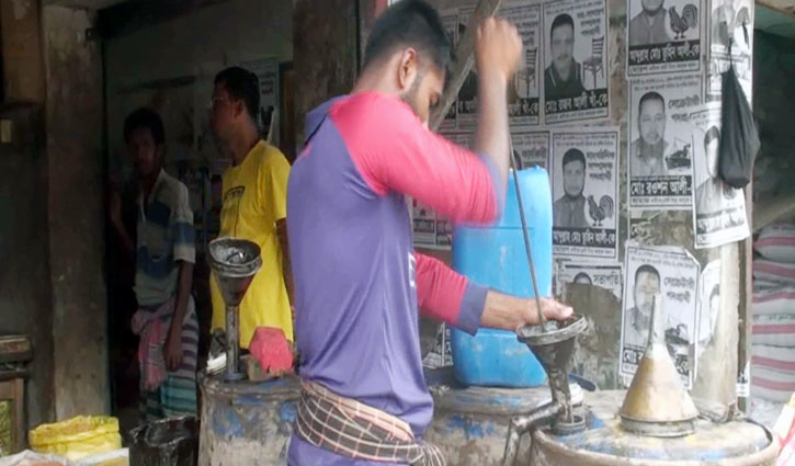 Consumers anger at unusual hike of edible oil price in Satkhira