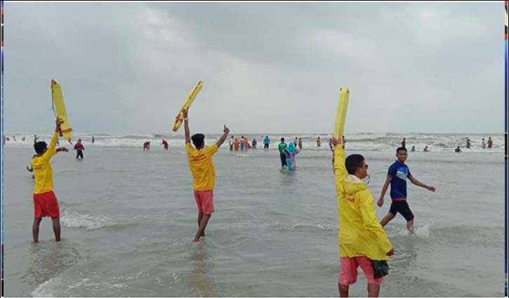 Tourists throng Cox's Bazar beach despite signal number 4