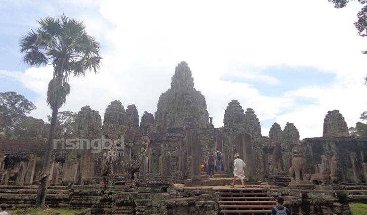 পথ রোধ করলো প্রাচীন নিদর্শন