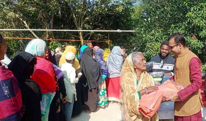প্রত্যন্ত অঞ্চলে শীতবস্ত্র বিতরণ করলেন যুবলীগ নেতা