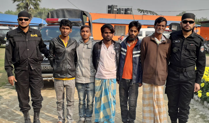 5 dacoits held with arms