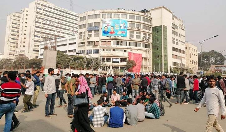 DU students again block Shahbagh