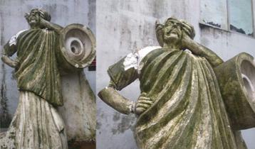 ভেঙে গেছে এফডিসির নজরুল ভাস্কর্য