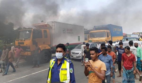 ঢাকা-চট্টগ্রাম মহাসড়কে জুটমিল শ্রমিকদের অবরোধ