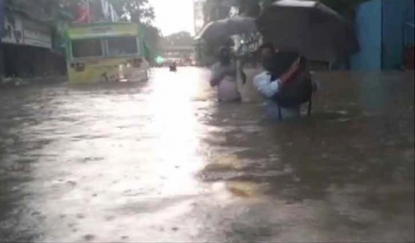 Rain causes waterlogging in Mumbai, red alert issued