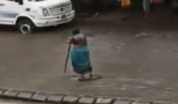 লোকজনকে বাঁচাতে ম্যানহোলের সামনে ৭ ঘণ্টা দাঁড়িয়ে নারী