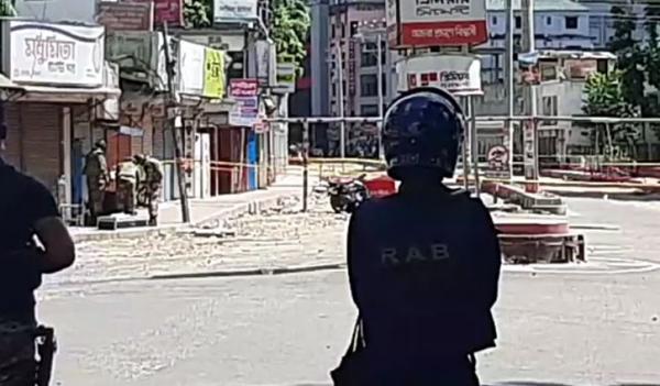 মোটরসাইকেলে বোমার মতো বস্তু, নিস্ক্রিয় করতে কাজ করছে সেনাবাহিনী