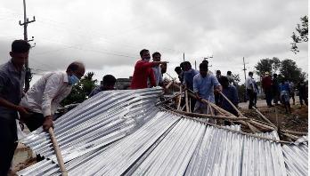 কলেজের জমিতে নির্মিত অবৈধ স্থাপনা গুঁড়িয়ে দিলো শিক্ষার্থীরা