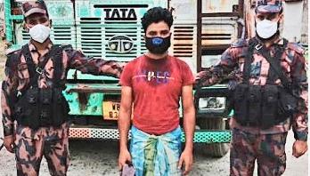 Indian held with phensidyl in Chapainawabganj