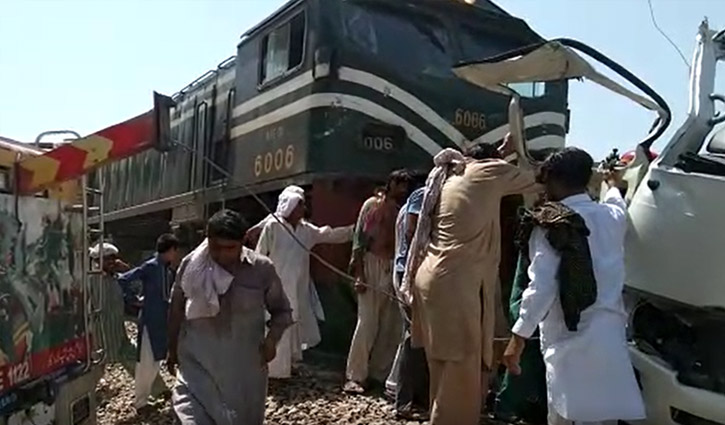 20 killed as train rams bus in Pakistan