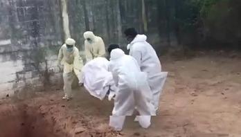 করোনা রোগীর মৃতদেহ ছুড়ে ফেললেন স্বাস্থ্যকর্মীরা