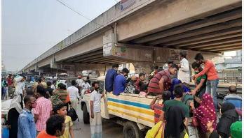 শিল্প কারখানার শ্রমিকরা কাজে যোগ দিতে গাজীপুরে ফিরছেন