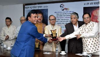 Uday Hakim receives Samaresh Basu Sahitya Award