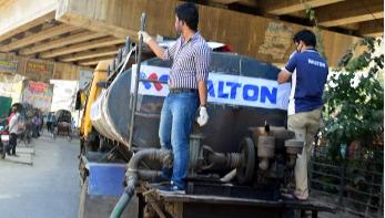 চট্টগ্রামে সড়কে জীবাণুনাশক পানি ছিটালো ওয়ালটন